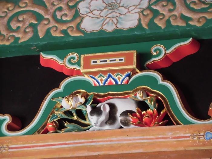本殿から奥宮に向かう廻廊にひっそりと佇むのが、伝説的な彫刻家・左甚五郎作といわれる国宝の『眠り猫』。こちらも修復を経て色鮮やかになりました。牡丹の花に囲まれて気持ちよさそうに眠っていますね。うっかり通り過ぎてしまいそうな場所にあるので見落とさないように気をつけてくださいね。