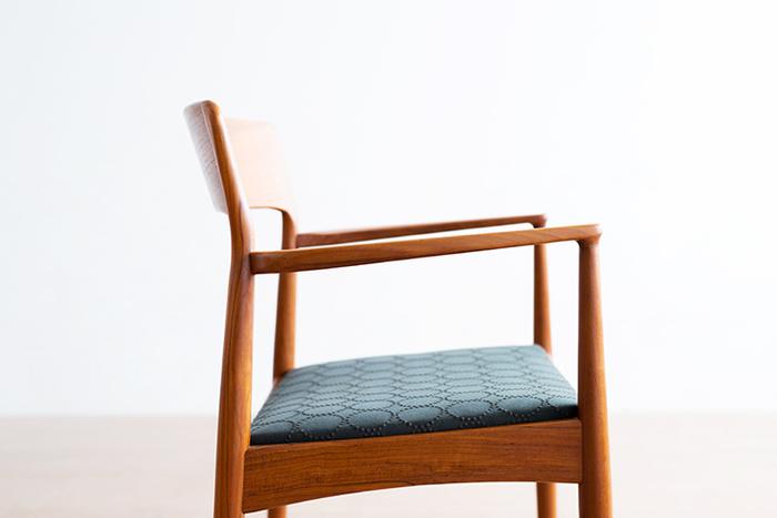 北欧のヴィンテージ家具が持つ穏やかな色合いと、生地のマットな質感が調和して、どの角度から見ても品があり、端正な表情を見せています。
