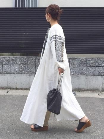 今年らしい刺繍のロングワンピースを使ったコーデ。モノトーンで統一したトレンドスタイルが素敵です。
