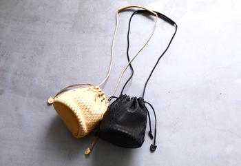 レザーに切り込みを入れてネットのようにしたirose(イロセ)の巾着バッグ。シンプルで小ぶりなのでどんなファッションにも合わせやすいのが嬉しい。ショルダーは長さ調節できるので、手提げにもなる2wayタイプ。