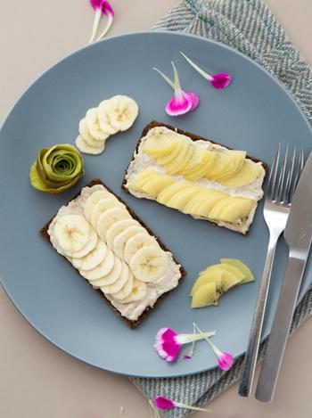 ライ麦パンに、自家製のカシューナッツクリームとフルーツをのせたトースト。見た目もとってもキレイですが、美容によさそうなものばかりなので、食べてもキレイになれそうです。
