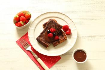 ココアをたっぷり染み込ませたフレンチトーストに、チョコレートソースをかけていただく、まさにチョコレート好きのためのレシピ。フルーツを添えれば、おいしくゴージャスなおやつに。