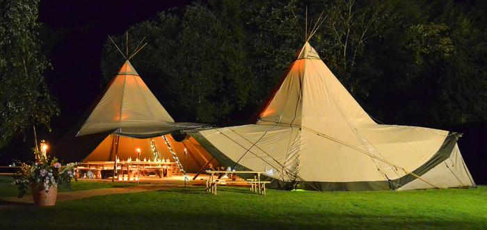 「グランピング」とは、「グラマラスGlamorous」+「キャンピングCamping」の融合による造語で、「魅力的な・華やかな」キャンプを意味します。 自然や開放感、焚き火やアウトドアクッキング、星空の下での心地良い眠り…そんなキャンプの醍醐味を存分に楽しみながら、暑さや寒さ、荷物の準備やテント設営などの煩わしさ、寝心地の悪さなどにはサヨナラ。隅々まで行き届いた「おもてなし」の仕掛けの中で楽しむラグジュアリーなキャンプが、今、アウトドア愛好家だけでなく幅広い層から注目を集めています。