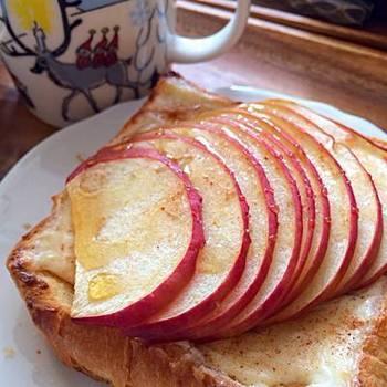 マスカルポーネチーズの上に、シナモンシュガー。そこに薄くスライスしたリンゴを敷いて、溶き卵をぬったら、再びシナモンシュガーをたっぷりと。レシピの文字だけでもおいしいのがわかるこのレシピは、フランス伝統のパイ菓子をアレンジしたもの。香りの良い紅茶と一緒に Bon Appétit!