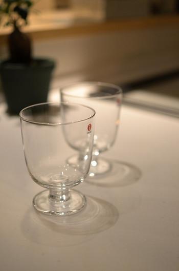2012年に登場したイッタラのレンピ(Lempi)。脚付きタイプのグラスで、無駄を削ぎ落したシンプルなフォルムはどんな家にも似合う美しさがあります。
