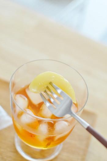 アイスティーに缶詰の桃を入れて、ピーチティーにアレンジしています。口が広いレンピだからカットフルーツを入れてもスムーズにいただけます。