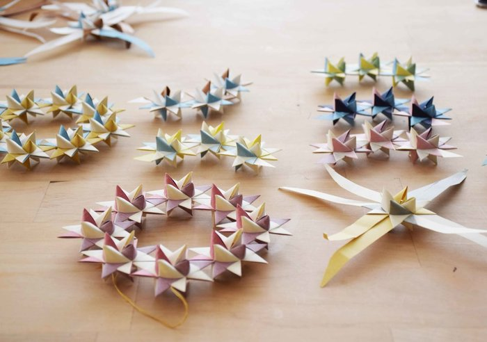 1回目では、北欧伝統の星編み細工で星のオーナメントをつくります。色選びのコツや飾り方のアイデアはもちろん、北欧暮らしのエピソードが聞けるのも醍醐味なんです。