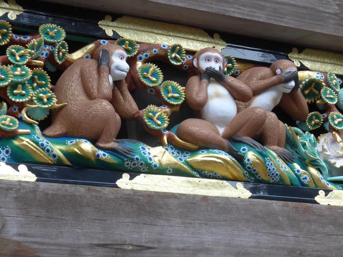 「見ざる・聞かざる・言わざる」で有名な『三猿』の彫刻もこの春に修理が完了しました。猿の彫刻は三猿以外にも全部で8面あり、人間の一生が風刺されているそうです。日光東照宮のシンボルともいえる建造物が新たな姿で公開されるのはこの先100年はないと言われています。