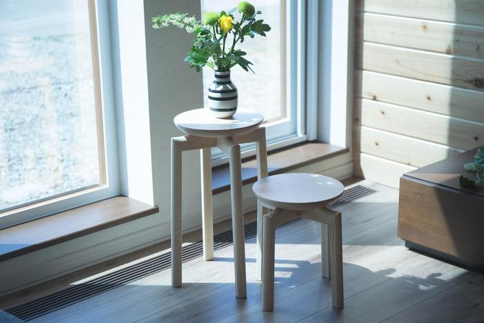北海道旭川の匠工芸とSUUがコラボした、木のマッシュルームスツール。ナチュラルで優しい表情のスツールは、座るだけでなく、お花を飾ってみたくなりますね。陽射しが微笑んでいるような素敵な空間になります♪