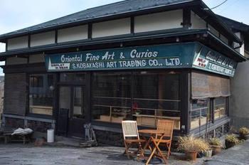 神橋から2、3分歩いたところにあるのは、ヴィーガンカフェ「自然茶寮 廻」。骨董品屋さんをリノベーションして作られた、温もりある雰囲気が人気です。