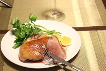レストランでしか見たことない!と驚かれそうな鴨のコンフィも炊飯器で。保温機能でじっくり火を通すので前の日の夜や当日の朝に仕込んで、炊飯器のスイッチをいれておけばOK。