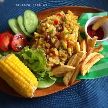 彩りがキレイな夏野菜たっぷりのドライカレーレシピ。材料を入れて炊き上げる間に、他の料理も作れちゃうのでとっても効率的。