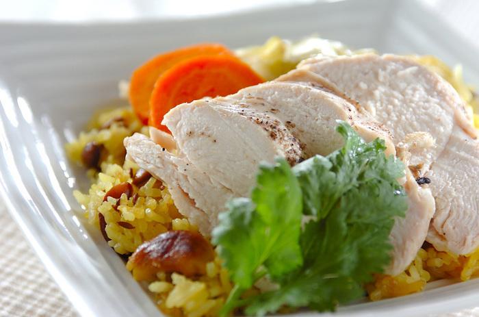 お米も、鶏むね肉も、全部入れて炊飯器をONするだけ!クミンシードとカシューナッツ、タマネギ、タイ米を最初に軽く炒めてより本格的な香り高い一品に。