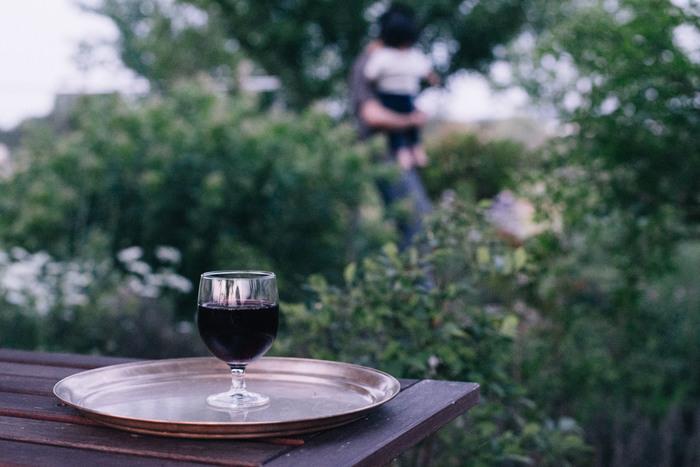 テラスでワインを楽しんだり、バーベキューをしたり…。夏のワイングラスは、気軽でカジュアルな雰囲気のものがいいですね。こちらは、スペインの老舗ガラスメーカーのもので、積み重ねることができます。とってもリーズナブルなのも驚き。