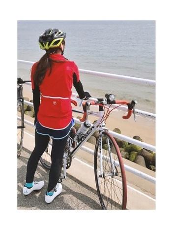 最近では女性用のサイクルウェアも充実!こちらのトップスはイタリア発のサイクルウェアブランド『castelli(カステリ)』のもの。真っ赤な赤が鮮やかで素敵ですね。普段履いているパンツやタイツと合わせています。