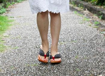 上でご紹介したルームシューズと同じく、履き心地のプロ「水鳥工業」が作った下駄。現代に合うファッション性とともに、1日中履いても痛くなりにくい履きやすさを実現。お庭仕事や近所へのお出かけにおすすめです。