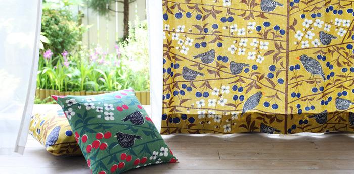 カラフルなカーテンは、お部屋が一気に北欧テイストに。お好きなテキスタイルで自分で作るのもおすすめです。