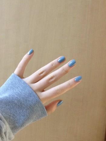 普段からお手入れの行き届いた素のままの爪も可愛いけれど、今年トレンドのワンカラーネイルに挑戦してみませんか?ただベースコートを塗った爪に、ポリッシュを丁寧に重ね塗りするだけで、誰にでも簡単に出来てしまいます。デザインネイルのように面倒な作業もいりませんよ。