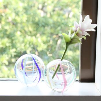 ひとつひとつ手作りされた、ころんと丸いフォルムが愛らしい一輪挿し「彩手毬」。空、海、風などを連想させるデザインが施されており、夏の香りを感じさせてくれます♪