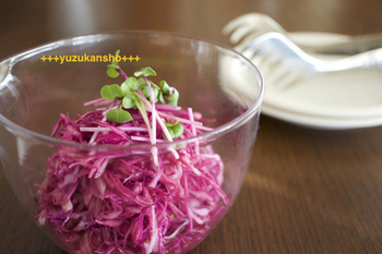 紫キャベツで作る、色鮮やかなレシピ。パーティーの付け合せに良さそうですね!