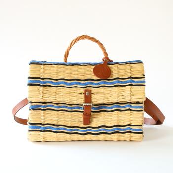 こちらも、ポルトガルで100年以上の歴史を持つ「トイノアベル」のかごバッグ。天然の藁とレザーの異素材、そしてバスケットには珍しい鮮やかな色づかいは、このブランドならでは。飾っておくだけで、夏気分が高まりますね♪