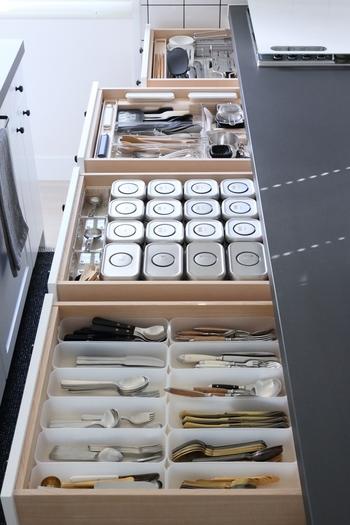 引き出しの中は仕切りやボックスを利用してしまいます。細かいカトラリーやキッチングッズも、一目で目的のものが取り出せて快適です。