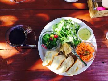 カフェメニューは料理研究家の関口絢子さんがプロデュース。こちらは「ひよこ豆のフムスプレート」。フムスは、ひよこ豆に香味野菜やオリーブオイルなどを入れたもの。これにスープとフォカッチャが付いてヘルシーだけどボリューミーな一皿。