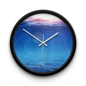 海の中にいるような錯覚にとらわれる、不思議な掛け時計。深いマリンブルーの世界をイメージしていると、ひととき暑さを忘れさせてくれそうですね。