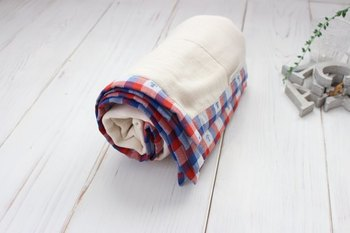 冷房でちょっと冷えるときなどにもひざ掛けや肩掛けとして使える、便利なガーゼケット。化学薬品無添加の安心な6重ガーゼだそうです。大人可愛い、さりげないマリン柄が素敵ですね。