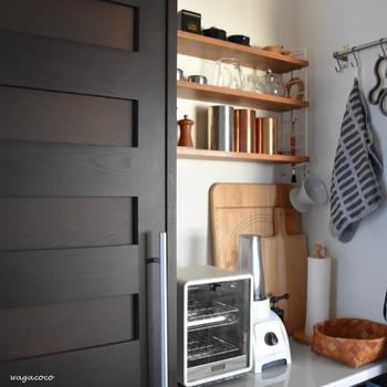 何かと細かい物が増えていくキッチンには見せる収納もおすすめです。さっと取り出せて便利ですね。見せる収納にする時は、使うアイテムのテイストを統一させるのがスッキリ見せるコツです。