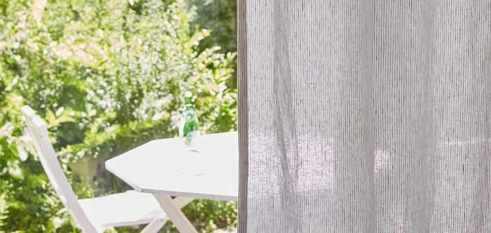 カーテンを涼しい麻(リネン)素材に。透け感、ナチュラルな風合い、シャリシャリした手ざわり…窓から吹き込む風も、涼やかになる気がします♪こちらは、オーダーカーテン。こだわりの1枚を持つのも、大人の夏の楽しみかもしれません。