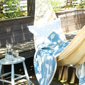 スウェーデン南部の小さな村でブランケットを作り続けている「KLIPPAN(クリッパン)」。136年の伝統に、北欧デザイナーとのコラボで新風が吹き込まれ、モダンなブランドへと進化しています。確かなオーガニックコットンも魅力。お昼寝のおともにうれしいハーフサイズです。