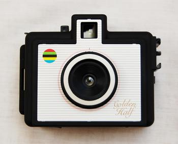 こちらのカメラは、35mmフィルムを使用するハーフサイズカメラです。ハーフサイズカメラとは、フィルム1枚に対して2枚の写真が撮れるカメラのこと。つまり、36枚撮りなら実質72枚も撮影できちゃいます。初めてフィルムを使う方にもおすすめです。