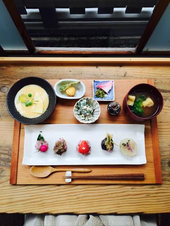大人気のにぎり善。季節のお野菜を黒米のシャリで握った鮮やかなお寿司たちは、目でも舌でも楽しめる一品。写真中央はなんと苺寿司。苺とシャリ、意外な組み合わせですが酢飯と苺の酸味・甘さが絶妙にマッチして美味しいんですよ。