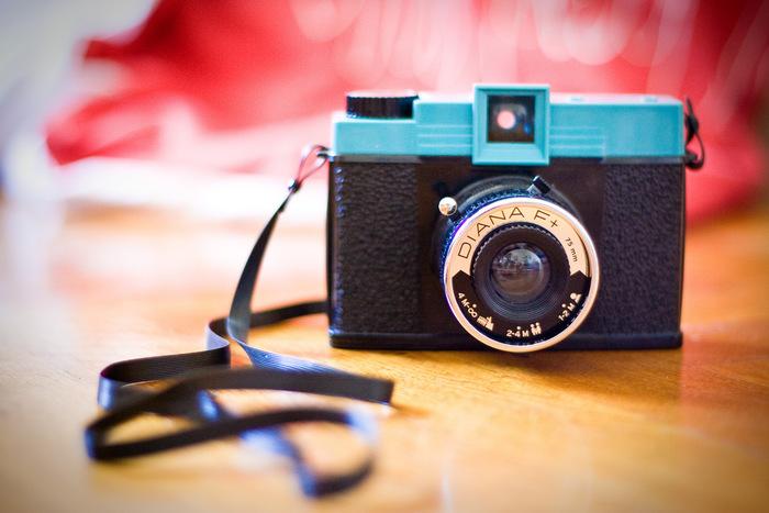 ダイアナといえば、レトロで可愛らしいデザインのDIANA F+シリーズが代表的。フラッシュを取り付けることも出来て、120ミリフィルムの懐かしさを感じさせる写真や、モノクロのフィルムで、ぐっと色気のあるイメージの写真を撮ることができます。