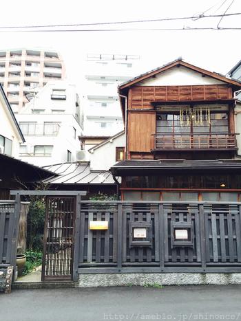 西荻窪駅から徒歩で2~3分の距離、駅前商店街の喧騒を抜けた場所にあるこちらのカフェ。本店は島根県、石見銀山にあるそうです。まるでタイムスリップをしたかのような味のある雰囲気です。