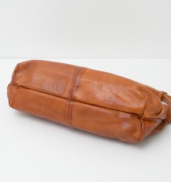 バッグの底の部分はとくに汚れがつきやすい部分です。汚れを落とすときには、とくに注意して丁寧に行うようにしましょう。