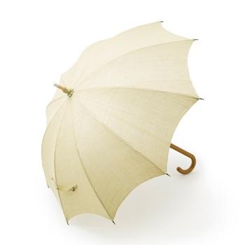 また、こちらは『奈良晒』と呼ばれる高級織物である手織りの麻を使い、皇室をはじめ数多くの著名な方々にも愛されている『前原光榮商店』が仕立てたもの。熟練の職人によって一つ一つ丁寧に作られた日傘は、布の張り替えや修理修繕が可能な一生もの。