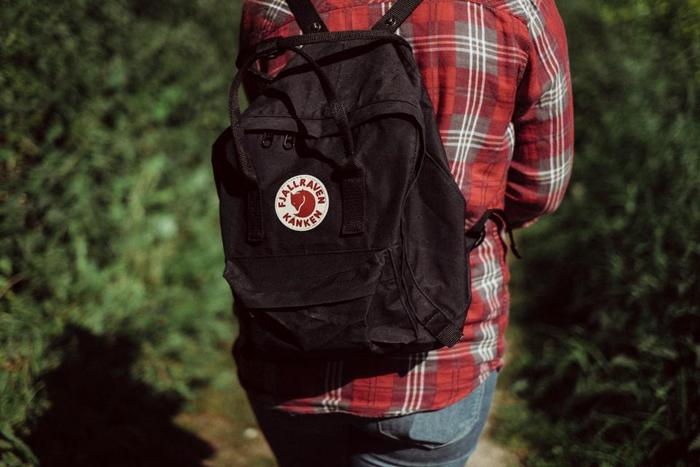 リュックタイプのバッグはいつも背中に触れている裏側の部分も案外汚れているものです。お手入れするときには、いつもどこが体に触れているのかということを考えてみるといいですね。