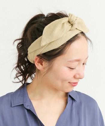 涼しげなリネンの素材感と大きめのリボンが素敵なヘアバンド。サイドや前髪をアップにすると、さらにすっきりと爽やかな印象に仕上がります。