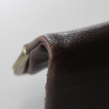 革のバッグは使い込むほどに味わいが出て、経年変化を楽しめる素敵なアイテムです。その一方で、きちんとお手入れしてあげないと乾燥によるひび割れがでたり、カビが生えてしまったりします。