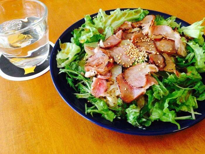 ダイエット中の人や野菜不足の人にもおすすめの「野菜丼」。みずみずしさが写真からも伝わってきます!