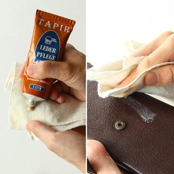 革が乾燥しないように丁寧にクリームを塗っていきます。やわらかな布を使って、少しずつやってみましょう。