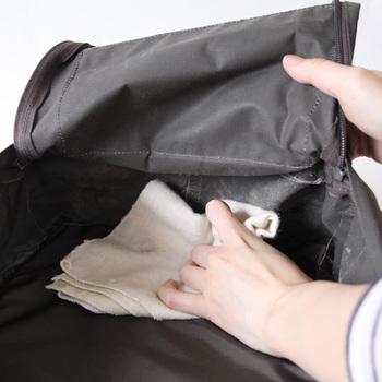 日々使っているバッグは知らないうちに中にも埃がたまっていきます。底の部分や縫い合わせた部分などを中心に、やわらかい布などを使って拭いてみましょう。