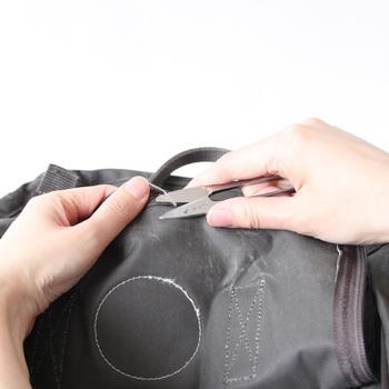 外側にはなんのほつれもなくても、裏側のモノと接する部分で縫い目がほつれていることがあります。そのままにしておくと、さらに糸が出てきてしまうので、きっちりカットしてあげましょう。