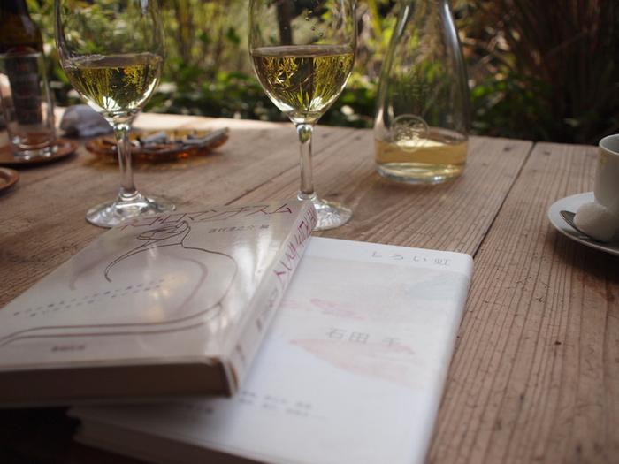 ビールやワインなども楽しめます。本好きの方と一緒に訪れて、それぞれに好きな本を読みながらテラス席でワインを楽しむ、なんてのも素敵ですね。