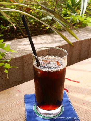 メニューは「芥川 AKUTAGAWA」(ブラジル)、「寺山 TERAYAMA」(エチオピア)など、文豪の名前を使ったなんとも面白いネーミング。写真は「鴎外」のアイスコーヒー。アイスコーヒーは日替わりで「芥川」「寺山」「鴎外」「敦」を提供しているそう。