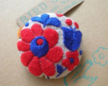 カラフルでぷっくりとふくらみのある花柄が、とてもかわいいハンガリー刺繍。