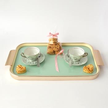 いかがでしたでしょうか。 アフタヌーンティーはイギリス発祥の、お茶会兼社交を目的として始まった喫茶習慣ですが、日本でホテルのアフタヌーンティーを楽しむようになったのは、最近の事ではないでしょうか。いつも時間に追われる効率最優先の日常から離れて、時には優雅で特別な時間を過ごすのは必要なことなのかもしれません。一度ホテルのアフタヌーンティーを体験してみませんか?