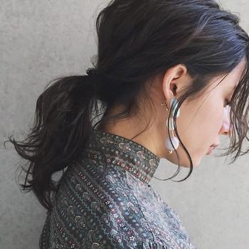 黒髪ミディアムには重くならないようにハイライトを入れて立体感を出して。ナチュラルな纏め髪にすることでより軽やかに。